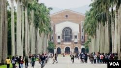 台湾大学校园 (美国之音 张佩芝摄,2017年11月23日)