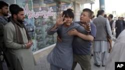 کابل میں شیعہ مسجد پر خودکش حملے کے بعد لوگ اکھٹے ہو رہے ہیں۔