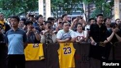 等候在上海浦東麗思卡酒店外的中國NBA球迷。(2019年10月9日)