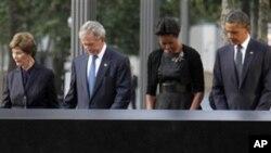 ອະດີດສະຕີໝາຍເລກນຶ່ງ ທ່ານນາງ Laura Bush(ຊ້າຍ) ແລະສາມີ ອະດີດປະທານາທິບໍດີ George W. Bush ພ້ອມກັບທ່ານນາງ Michelle Obama ກັບ ປະທານາທິບໍດີ Barack Obama(ຂວາ) ຢືນສະຫງົບອາລົມໄວ້ອາໄລ ທີ່ອະນຸສາວະລີ National September 11 Memorial ໃນວັນຄົບຮອບ 10 ປີ ທີ່ນະຄອນນີວຢອກ, ວັນ