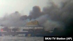 希臘汽車渡輪星期天在希臘附近海域起火燃燒。圖片有附近船隻拍攝。