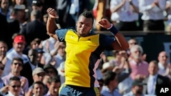 France's Jo-Wilfried Tsonga celebrates defeating Switzerland's Roger Federer in three sets 7-5, 6-3, 6-3, in their quarterfinal match at the French Open tennis tournament, at Roland Garros stadium in Paris, June 4, 2013.