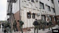 Elementos de la polícia rusa buscan a los atacantes.