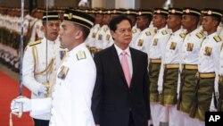 Thủ tướng Nguyễn Tấn Dũng duyệt đội danh dự trong lễ đón tiếp ở Malaysia hôm 7/8.