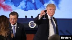 在首尔青瓦台的宴会上,美国总统川普和韩国总统文在寅举杯(2017年11月7日)