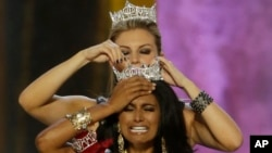 Miss New York Nina Davuluri is crowned as Miss America 2014 by Miss America 2013 Mallory Hagan in Atlantic City, N.J.
