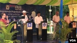 Candidates from four main political parties debate on its party agenda and answer questions from the audience in Wat Tamem Commune, Battambang province, Cambodia, Monday May 22, 2017. (Sok Khemara/VOA Khmer)