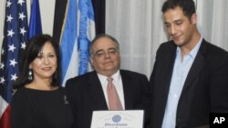 Η κ. Κανταρτζή με τον Μάνο Φλάρη, εκπρόσωπο Πολιτειακού Γερουσιαστή Μασαχουσέτης Στήβεν Παναγιωτάκου, και τον Γεν. Πρόξενο Κωνσταντίνο Ορφανίδη