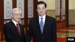 Presiden Tiongkok Hu Jintao (kanan) menerima kunjungan Sekjen Partai Komunis Vietnam, Nguyen Phu Trong di Beijing (11/10).