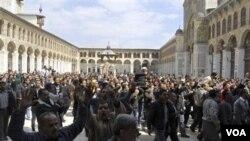 Para demonstran melakukan unjuk rasa seusai shalat Jumat di Masjid Omayyad, Damascus (25/3).