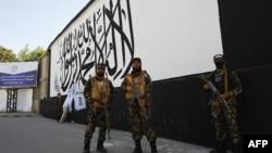 塔利班特種部隊成員在喀布爾的美國駐阿富汗大使館外一面畫有塔利班旗幟的牆前站崗。 (2021年9月8日)