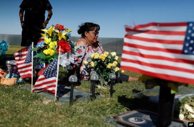 Angélica Cervantes reza en la tumba de su hijo Erick Silva, un guardia de seguridad en el concierto de Las Vegas atacado por un asesino desde el hotel Mandalay Bay, el 1 de octubre de 2017. Silva murió al tratar de ayudar a escapar a asistentes al concierto. 58 personas murieron a manos del asesino, que se suicidó cuando las autoridades lo cercaron. Septiembre 29 de 2018.