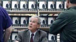 جرج بوش در جلسه امضای کتاب «مواقع تصمیم» در یک کتابفروشی شهر دالاس