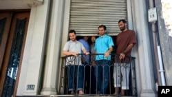지난 2014년 12월 쿠바 관타나모에서 풀려나 우루과이에 도착한 수감자들. (자료사진)