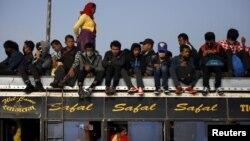 Ảnh tư liệu - Hành khách trên một chiếc xe buýt ở Nepal.