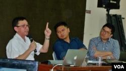 Dokter spesialis bedah saraf, Ryu (kiri), Daniel Awigra dari HRWG (tengah) dalam diskusi bertema mitos dan fakta LGBT di kantor YLBHI, Jakarta (VOA/Fathiyah).