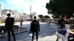 Polisi mengamankan lokasi bersejarah di distrik Sultanahmet pasca ledakan di Istanbul, Turki (12/1).