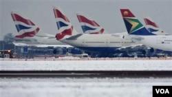 Pesawat-pesawat parkir di landasan pacu Bandara Internasional Heathrow di London. Badai salju pekan lalu membuat ribuan penumpang terlantar menjelang Natal.