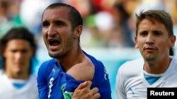 브라질 월드컵 24일 이탈리아와 우루과이의 경기에서 이탈리아 조르조 키엘리니(가운데)가 우루과이 루이스 수아레스로 부터 어깨를 물렸다며 심판에게 항의하고 있다.