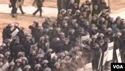 Tentara Kazakhstan mengepung kota Zhanaozen, yang dinyatakan dalam keadaan darurat pasca kerusuhan maut (18/12).