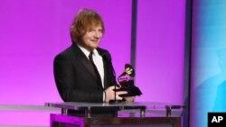 "Penyanyi dan penulis lagu Ed Sheeran saat menerima penghargaan Grammy Award sebagai penampil pop solo terbaik untuk lagu ""Thinking Out Loud"" (15/2)."