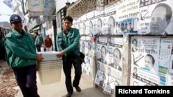 Polisi membawa kotak suara ke pusat pemilihan sebelum pemilihan parlemen di Dhaka 4 Januari 2014.