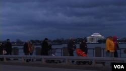 Para peserta 'Stand with Japan' menyeberangi jembatan dekat Tidal Basin.