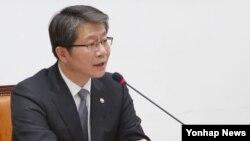 류길재 한국 통일부 장관이 3일 국회에서 열린 남북관계 및 교류협력발전 특별위원회 전체회의에서 의원들의 질의에 답변하고 있다.