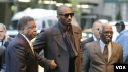 Kobe Bryant tiba di New York hari Senin. (14/11)