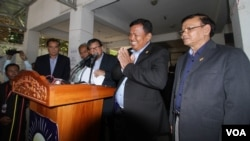 Son Chhay, opposition party CNRP whip chief introduces the committee leaders during a press at the party's headquarter in Phnom Penh on Tuesday, August 09, 2016. (Leng Len/VOA Khmer)