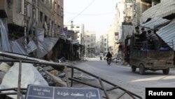 Anak-anak berdiri di dalam truk dekat puing-puing di jalanan kota Damaskus, Suriah. (Foto: Dok)