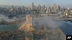 Foto yang diambil dengan drone ini menampilkan lokasi ledakan di pelabuhan Beirut, Lebanon, Rabu, 5 Agustus 2020. (AP Photo/Hussein Malla)