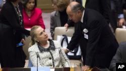 Menlu AS Hillary Clinton berbicara dengan Menlu Prancis Laurent Fabius disela-sela Sidang Umum Dewan Keamanan PBB ke-67 di markas PBB, New York, 26 September 2012