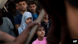 지난들 17일 시리아 시칠리 시의 포잘로 항구에 도착한 난민들이 구조선에서 대기하고 있다.