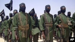 Kelompok militan Somalia, al-Shabab (Foto: dok). Kelompok militan ini telah melarang kelompok bantuan Internasional untuk memasuki wilayah kekuasaanya melalui pesan Twitter, Senin (8/10).