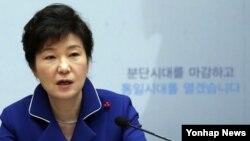 박근혜 한국 대통령이 19일 오전 청와대 영빈관에서 열린 '통일준비'를 주제로 하는 통일부·외교부·국방부·국가보훈처 등 4개 부처 업무보고에서 모두 발언하고 있다.