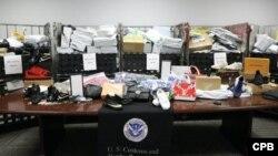 美國海關與邊境保護局公佈的照片顯示海關人員在洛杉磯國際機場查扣的以小件包裹形式從中國郵寄的非法貨物。