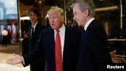 Дональд Трамп (в центре)