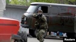 Пророссийский сепаратист на плокпосту недалеко от авиабазы в Краматорске 2 мая 2014 года.