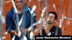 Novak Đoković sa trofejem pobednika Mastersa u Madridu, posle pobede u finalu nad Stefanosom Cicipasom (Foto: Reuters/Javier Barbancho)