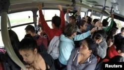 Hành khách đi xe buýt trong giờ cao điểm ở Bogota, ngày 26/10/2014.