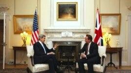 El primer ministro británico David Cameron, derecha, da la bienvenida al secretario de Estado de EE.UU., John Kerry, el lunes 25 de febrero en Londres.
