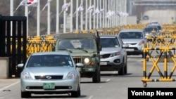 개성공단 통행제한 조치가 2주를 넘겨 현지에 체류 중인 한국인 수가 100명대로 떨어진 가운데, 18일 경기도 파주 통일대교에서 이날 귀환하는 개성공단 입주기업 차량(앞쪽) 1대가 다른 차량들과 함께 다리를 건너고 있다. 통일부는 이날 한국인 8명이 5대의 차량에 나눠타고 귀환한다고 밝혔다.