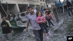 Cư dân Palestine bỏ nhà chạy lánh nạn sau các vụ tấn công của quân đội Israel vào thành phố Gaza, ngày 19/11/2012.