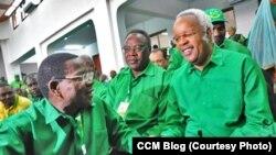 Bernard Memba akizungumza na Lowasa wakati wa mkutano wa chama cha CCM