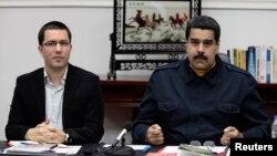 El presidente Nicolás Maduro es criticado por cercanos colaboradores del expresidente Chávez.