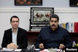 El presidente de Venezuela Nicolás Maduro (d) y el canciller venezolano Jorge Arreaza durante una reunión de gabinete en el Palacio presidencial de Miraflores, en Caracas. Junio 18, 2014.