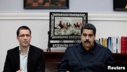 """Nicolás Maduro, derecha, mencionó durante su discurso por el aniversario de la batalla de Carabobo que """"hoy la igualdad se llama socialismo"""" como lo proclamara Hugo Chávez."""