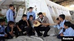 Pelajaran musik di kamp pengungsi Arbat di provinsi Sulaimaniya, Irak.