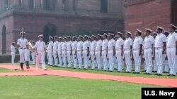 美國海軍作戰部長理查森上將2019年5月13號在印度新德里檢閱海軍儀仗隊。